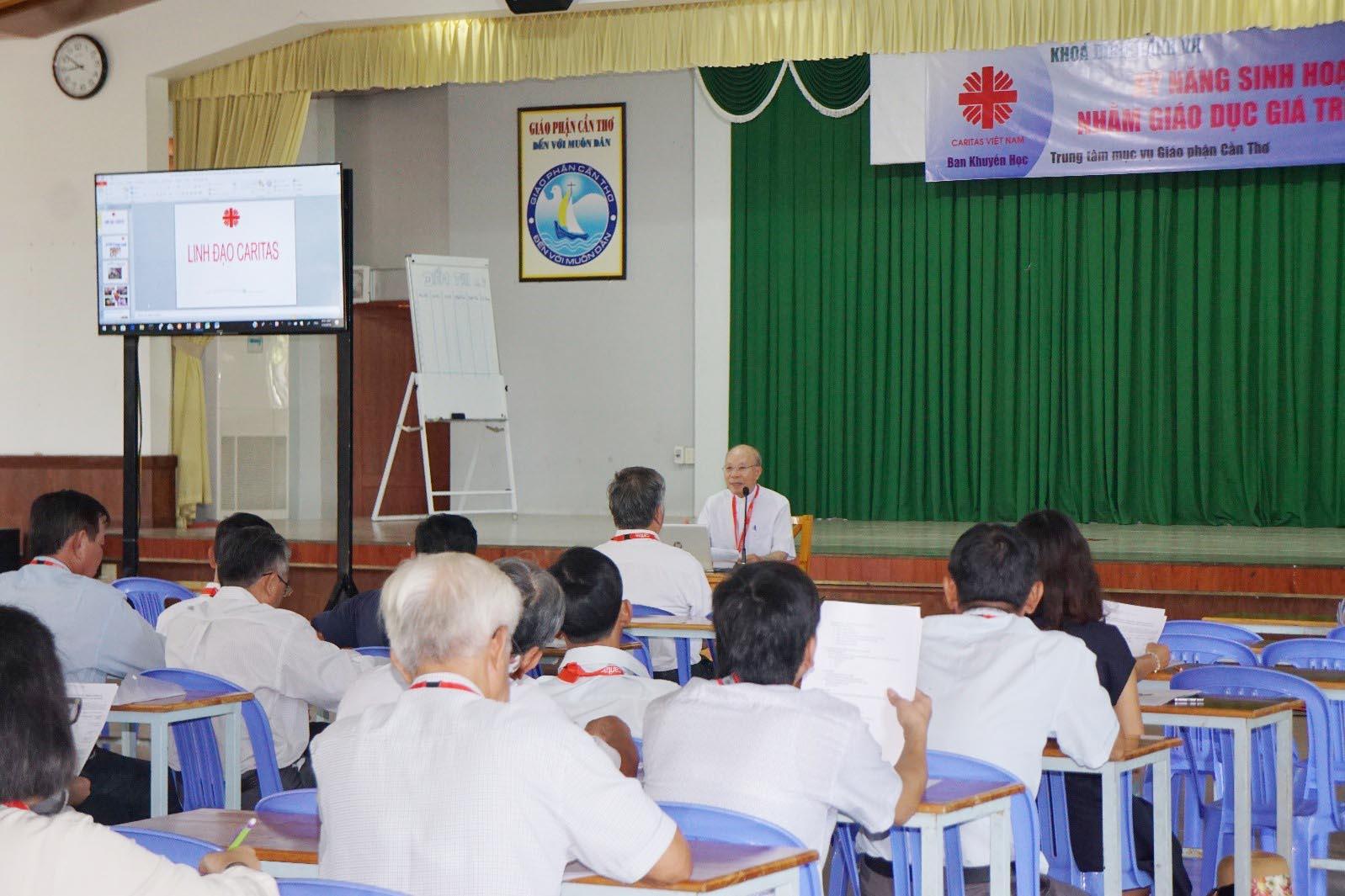 """Caritas Việt Nam: Khóa tập huấn """"Kỹ Năng Giáo Dục Giá Trị Sống"""""""