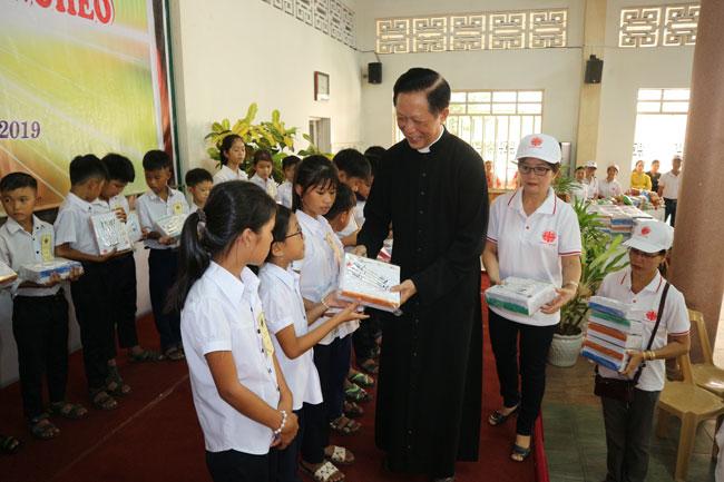 Caritas Huế: Hỗ trợ học sinh nghèo đến trường năm học 2019 – 2020