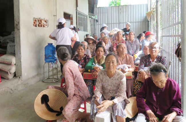 Caritas Huế: Thăm viếng và tặng quà cho Hội người mù Hương Vinh và Người khuyết tật