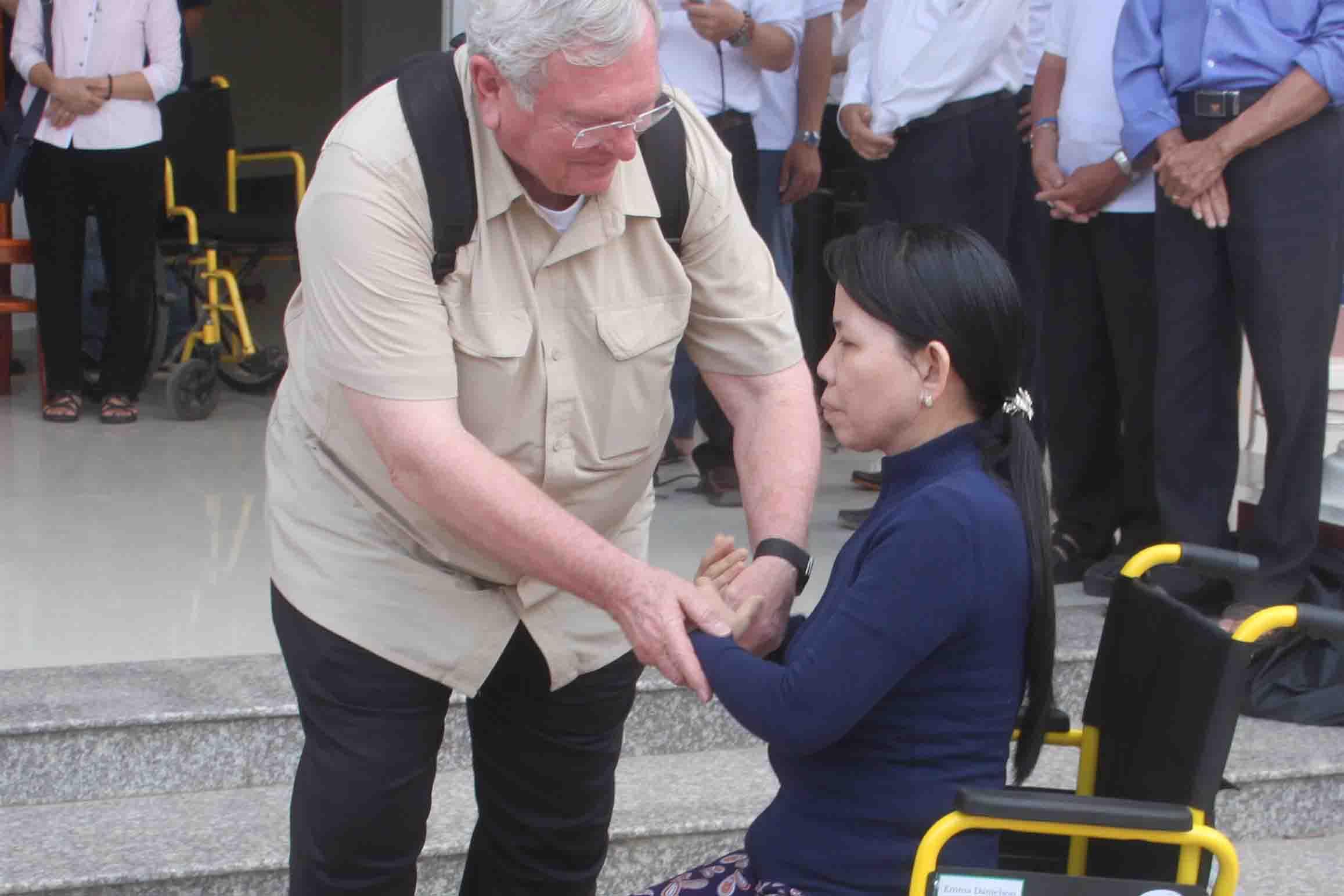 Caritas Xuân Lộc: Trao xe lăn, xe lắc cho bệnh nhân và người khuyết tật