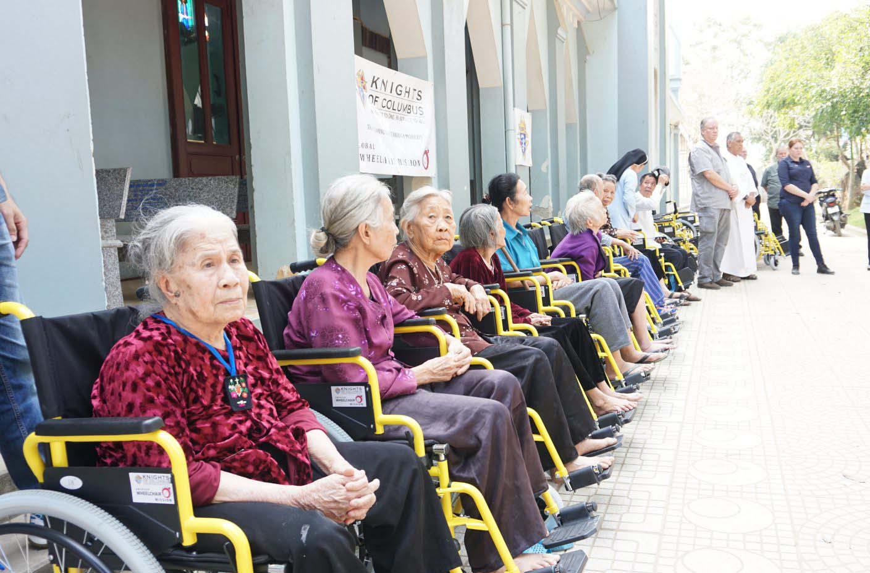 Caritas Thanh Hóa: Trao tặng xe lăn, xe lắc cho người khuyết tật