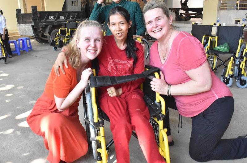 Caritas Phan Thiết: Tổ chức trao xe lăn cho người khuyết tật