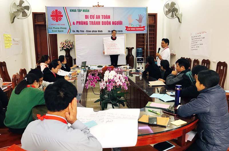 """Caritas Việt Nam: Tập huấn """"Di cư an toàn và phòng tránh buôn người"""" và kết nạp hội viên mới tại giáo xứ Mỹ Yên, Giáo phận Vinh"""