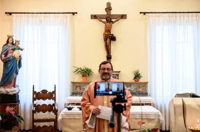 Nhờ internet, giữa đại dịch, linh mục xa mà vẫn gần giáo dân