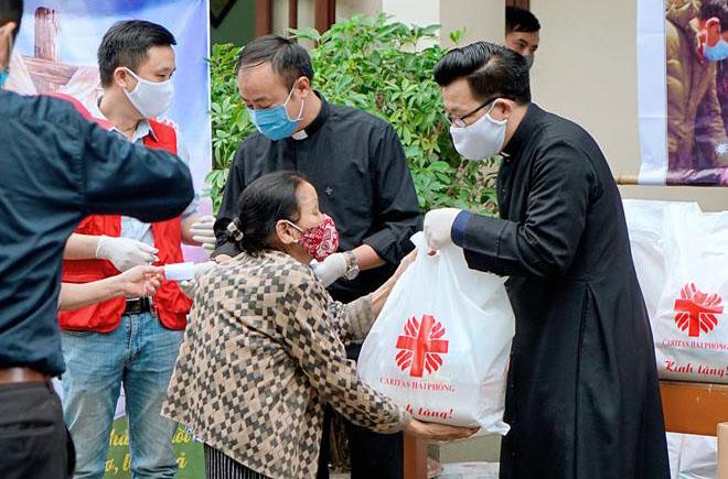 Caritas Hải Phòng: Trao quà hỗ trợ những người gặp khó khăn trong đại dịch Covid-19