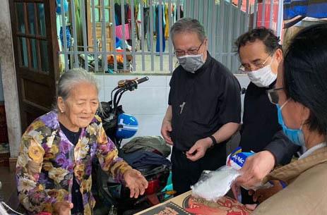 Caritas Huế: Trao yêu thương vượt qua dịch bệnh covid-19