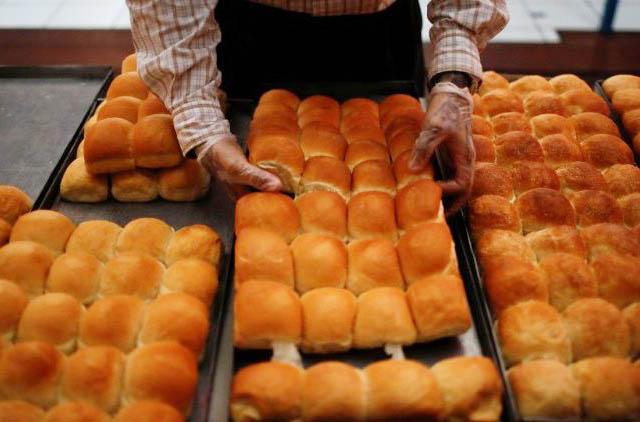 Linh mục Costa Rica nướng bánh mì bán lấy tiền giúp dân nghèo