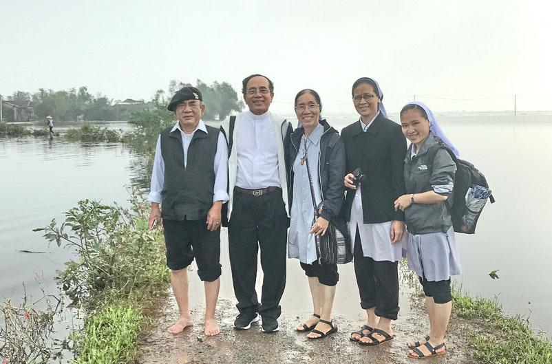 Caritas Huế và Hội Dòng Con Đức Mẹ Vô Nhiễm Huế thăm đồng bào vùng lũ lụt tại Giáo Hạt Quảng Trị