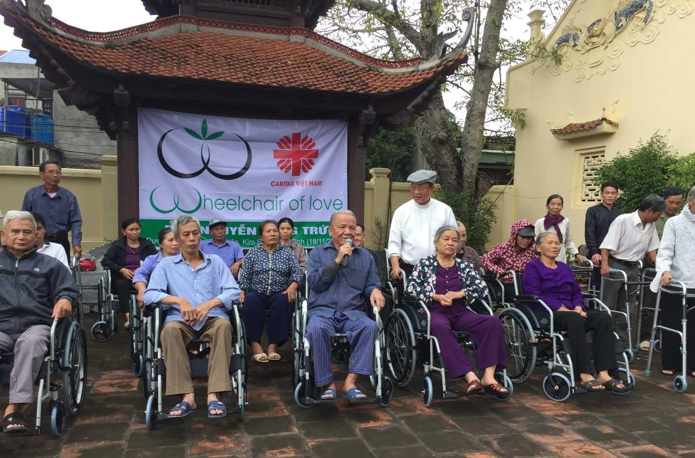 Caritas Phát Diệm: Trao Xe Lăn Cho Người Khuyết Tật