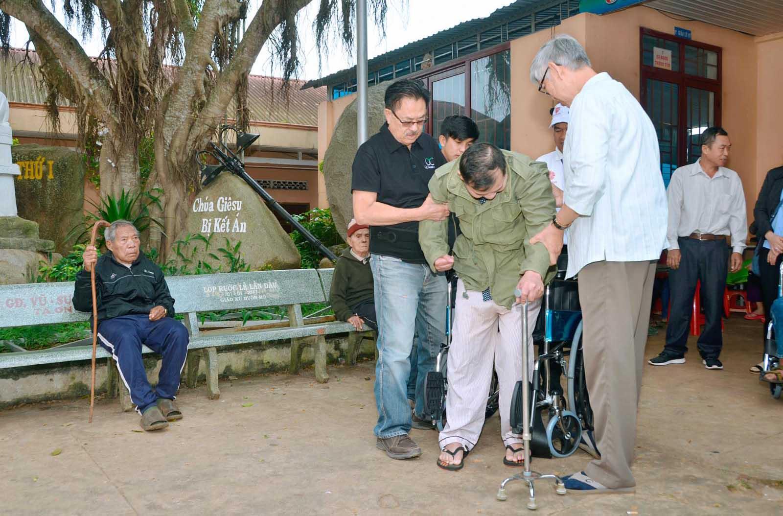 Caritas Ban Mê Thuột: Trao Tặng Xe Lăn Cho Người Khuyết Tật
