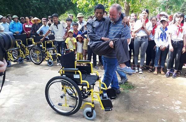 Quà Tặng Của Hội American Wheelchair Mission Dành Cho Người Khuyết Tật Vinh