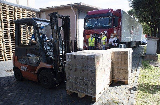 Hàng tấn thực phẩm được tặng cho Vatican để phân phát cho người nghèo