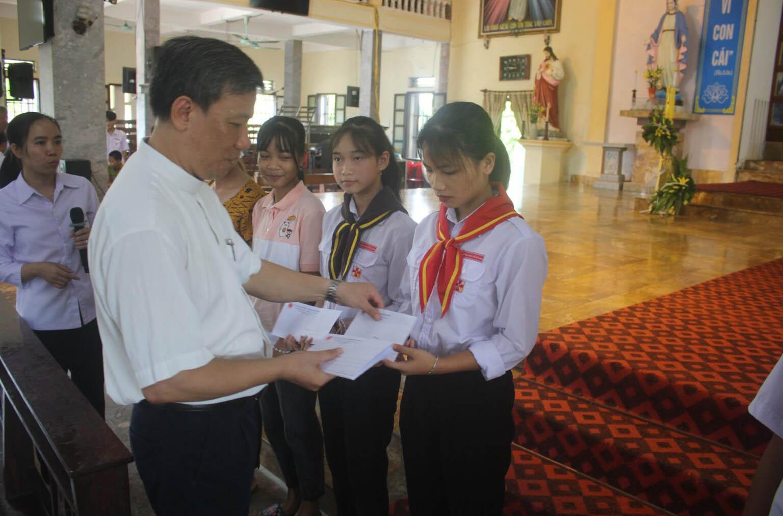 Caritas Phát Diệm: Trao học bổng khuyến học cho các em học sinh thuộc giáo hạt Văn Hải