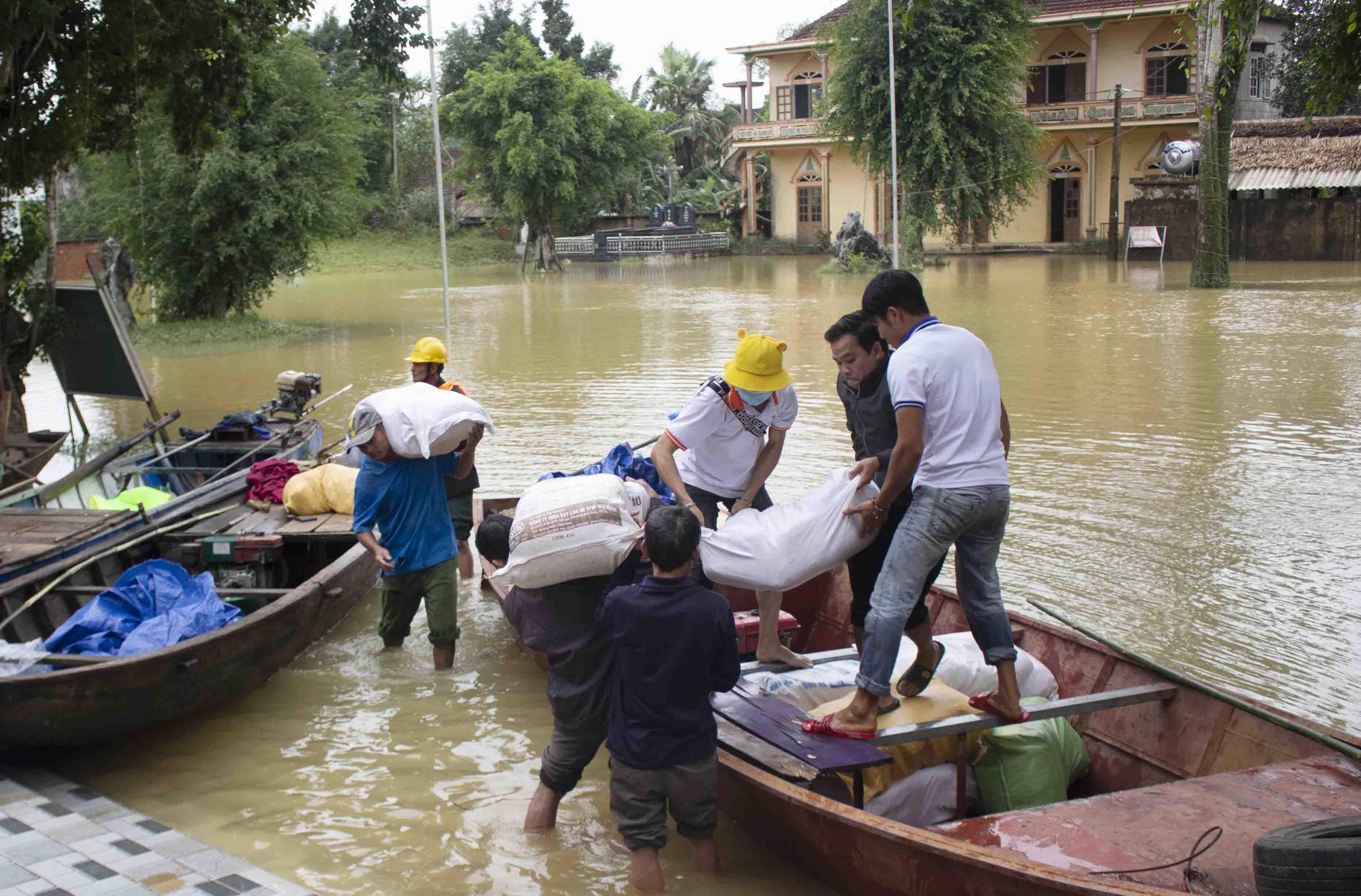 Caritas Hà Tĩnh: Đến với người dân vùng lũ lụt miền Trung
