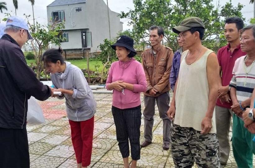 Caritas Sài Gòn: Chuyến Thăm Đồng Bào Bị Lũ Lụt Tại GP. Qui Nhơn