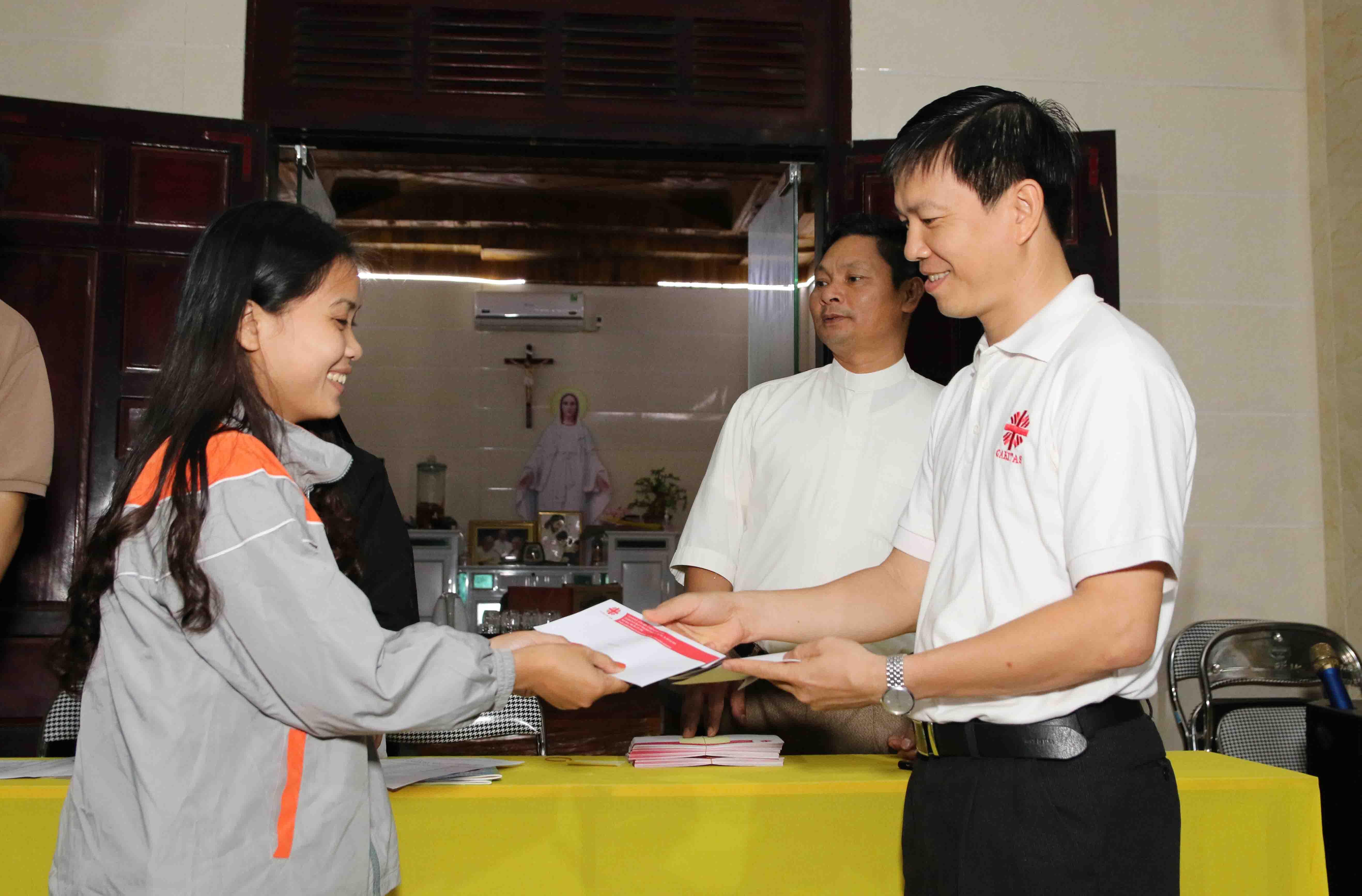 Caritas Việt Nam: Trao Học Bổng Cho Các Em Có Hoàn Cảnh Khó Khăn Ở Vùng Biển Bị Nhiễm Độc Bởi Sự Cố Môi Trường Formosa