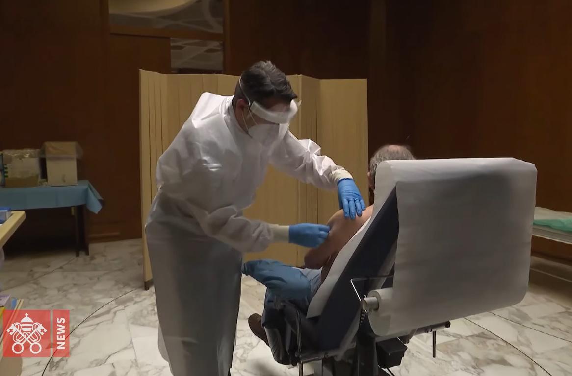 Đức Thánh Cha tặng vắc xin cho người vô gia cư