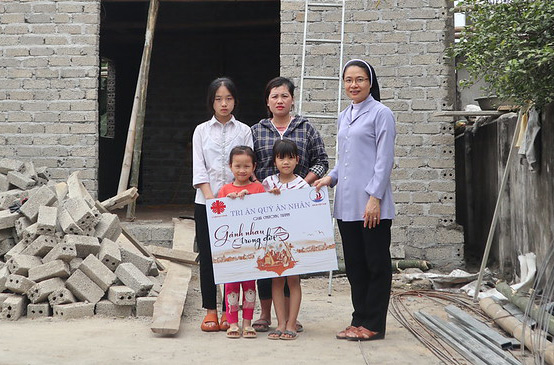 """Caritas Vinh: Trao gửi yêu thương từ Chương trình """"Gánh Nhau Trong Đời"""""""