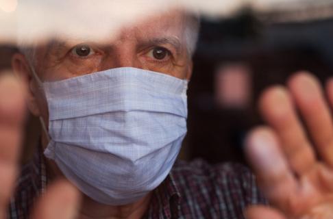 Cụ già 91 tuổi nhường vắc-xin cho mẹ của cậu bé khuyết tật