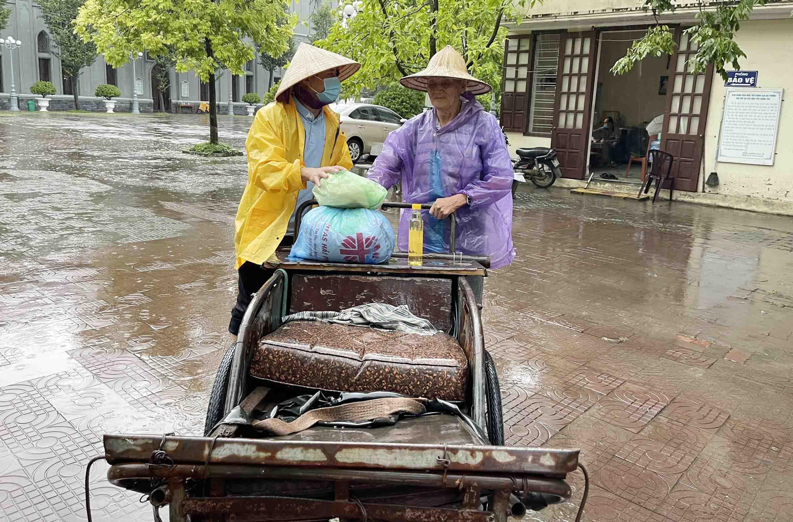 """Caritas Hải Phòng: Đội mưa… lội nước… thất thểu… đến với Siêu thị """"0 đồng"""" Chân Thiện"""