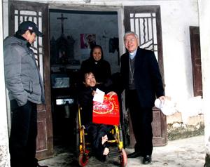 UBBAXH - CARITAS Giáo Tỉnh Hà Nội đi thăm và tặng quà Tết cho người nghèo