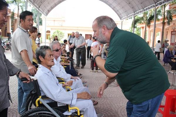 Caritas Phú Cường: Tặng xe lăn cho người khuyết tật tại Giáo xứ Phong Cốc