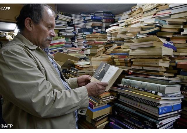 Người đàn ông lượm rác được mệnh danh là vua sách