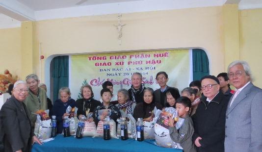 Bữa cơm mừng lễ và gây quỹ Bác ái Xã hội tại giáo xứ Phú Hậu