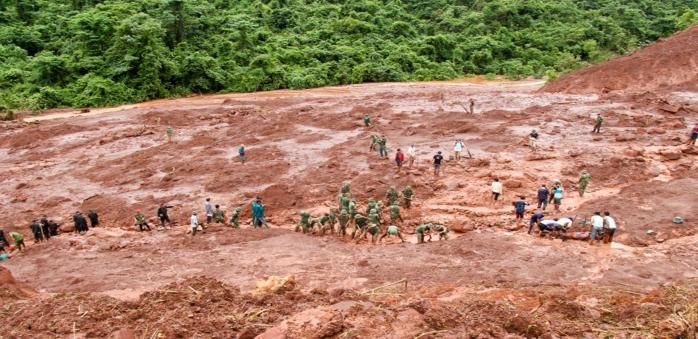 Hơn 50 người tìm kiếm 5 nạn nhân bị vùi lấp trong bùn ở Lai Châu