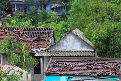 Hàng trăm ngôi nhà ở Huế bị lốc xoáy quật tốc mái