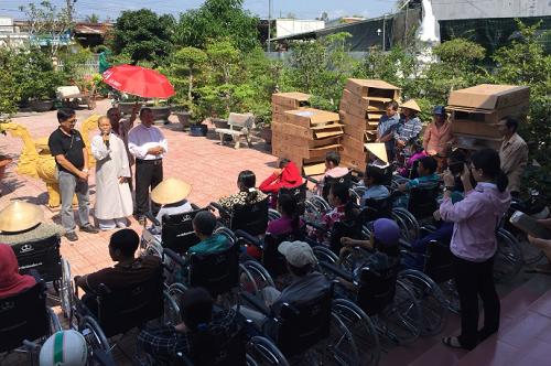 Hội Xe Lăn Tình Thương trao tặng xe lăn tại Gp. Long Xuyên