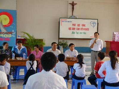 Caritas Long Xuyên và Giáo xứ Đền Thánh Giuse - Rạch Giá trao học bổng cho học sinh và sinh viên nghèo