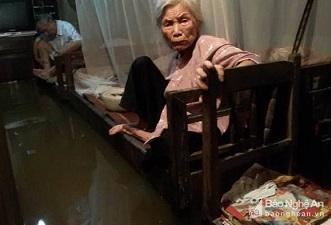 Người dân thành phố Vinh bất lực nhìn nước bao vây