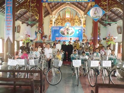 Caritas Bùi Chu trao tặng xe đạp cho học sinh nghèo trong Giáo Phận