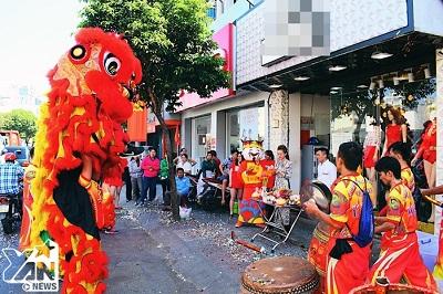 """Mùng 6 ngày """"lành"""", khắp đường phố Sài Gòn rộn ràng tiếng trống múa Lân mừng khai trương"""