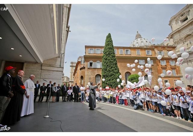 Đức Thánh Cha  tiếp đón 400 trẻ em Calabria tại nhà ga xe lửa Vaticăng