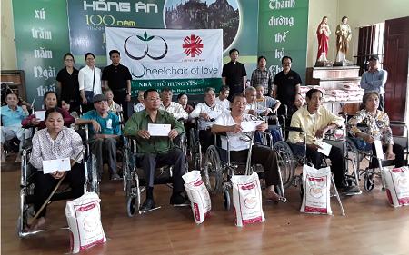 Caritas Thái Bình:  Trao tặng xe lăn cho người khuyết tật