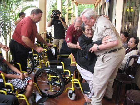 Chương trình trao xe lăn của Đoàn American Wheelchair Mission tại các Giáo phận thuộc Giáo tỉnh Hà Nội và Giáo tỉnh Tp.Hồ Chí Minh
