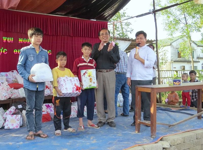 Caritas Huế thăm và tặng quà Giáng sinh tại giáo xứ Chánh Xuân