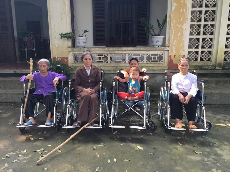 Caritas Phát Diệm trao tặng xe lăn cho người khuyết tật