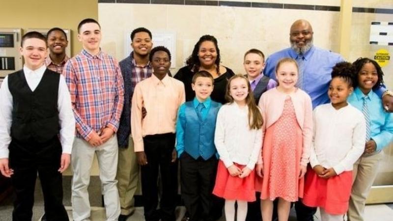 Một đôi vợ chồng nhận nuôi 6 anh chị em để các em được ở với nhau