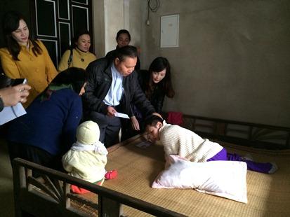 Caritas Thanh Hóa đi thăm gia đình có ba người con khuyết tật
