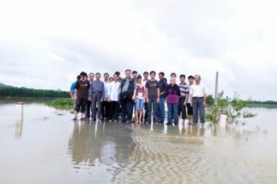 Đức Giám Mục và phái đoàn Giáo phận Thanh Hoá cứu trợ khẩn cấp lũ lụt tại giáo xứ Phúc Địa