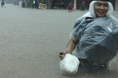 Manila lại chìm trong nước lũ