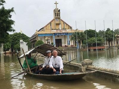 Caritas Việt Nam cùng Caritas Phát Diệm thăm bà con vùng tâm lũ lụt