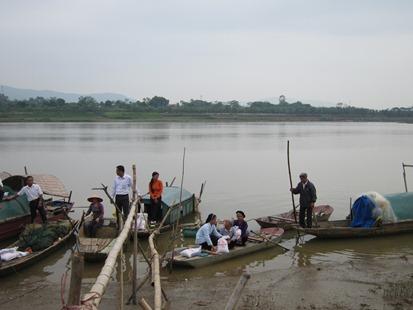 Bấp Bênh Ngôi Nhà Trên Sông Nước