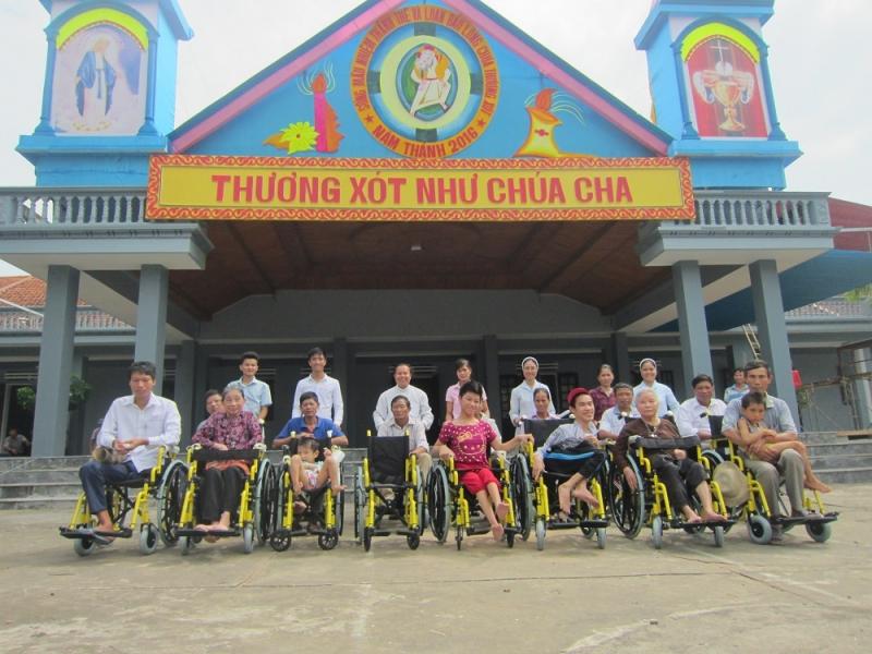 Caritas Thanh Hoá trao xe lăn cho người khuyết tật