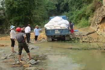 Caritas Thanh Hóa kêt hợp với Hội Bác Ái Phanxicô cứu trợ những nạn nhân lũ lụt  tại  giáo xứ Thanh Thủy