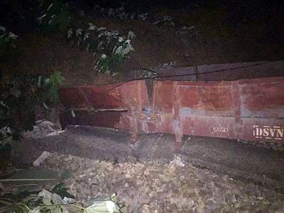 Sạt lở đất vùi lấp đoàn tàu, tuyến đường sắt Hà Nội - Lào Cai tê liệt