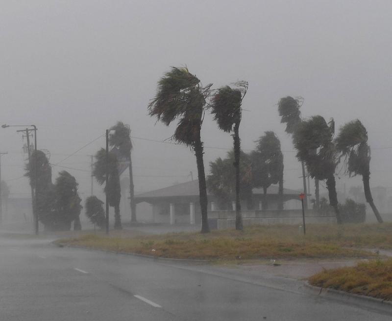 Khoảnh khắc siêu bão mạnh kỷ lục đổ bộ nước Mỹ
